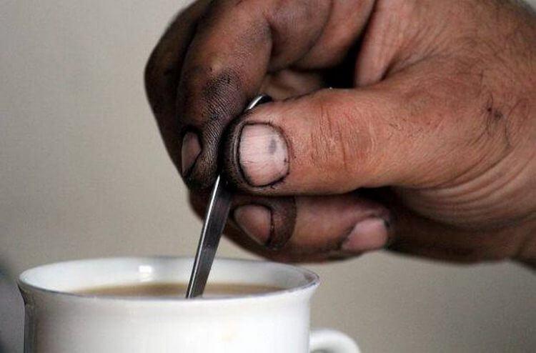 Человек пришел на собеседование с грязными руками. Благодаря этому он получил работу